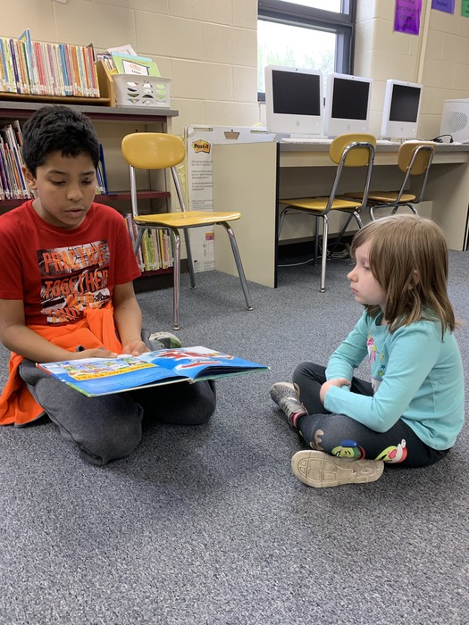 4th grader reading to a preschool student