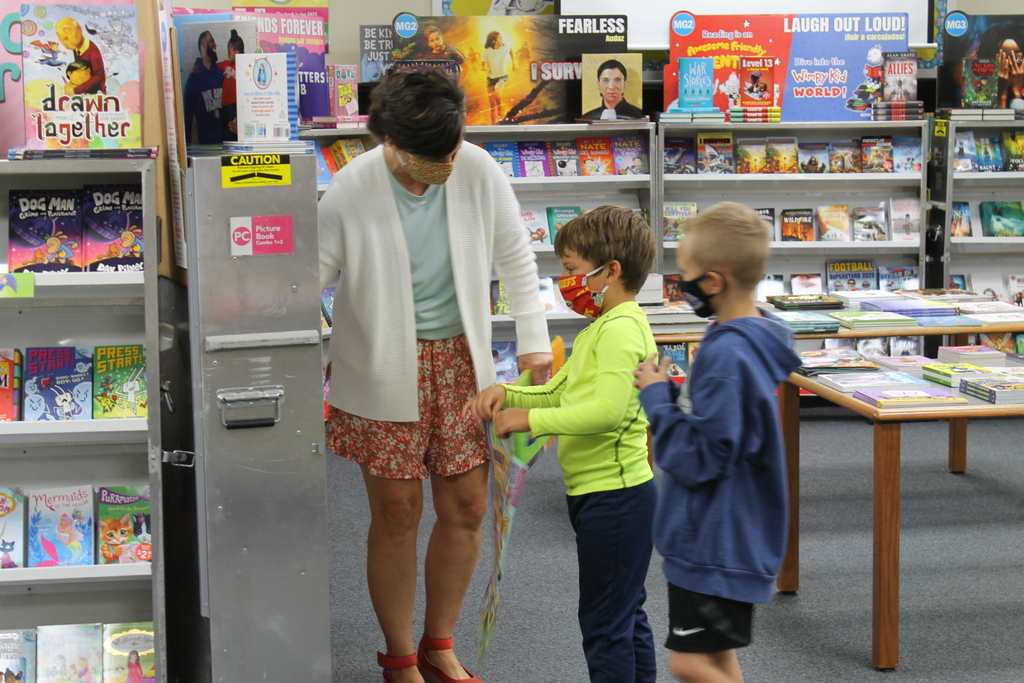 1st graders shopping for books